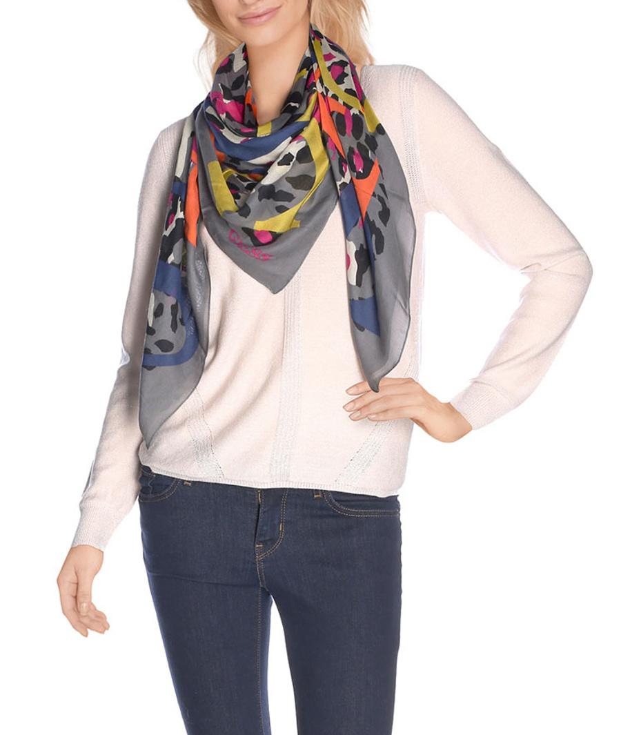 785e481163d Guess dámský šedý šátek s barevným vzorem - Mode.cz