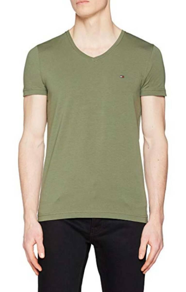 fc6e95a60c0f Tommy Hilfiger pánské zelené tričko s výstřihem do V - Mode.cz